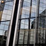 Reflets de verre et d'acier